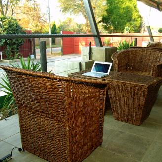 10-cockpit-guesthouse-relaxing-verandar-with-laptop-plugs